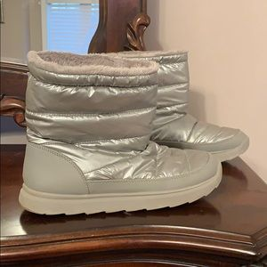 Short silver snow boots